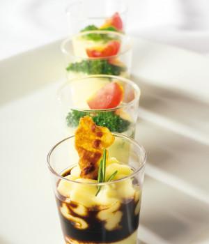 Bicchierini con fonduta, broccoli e pomodorini