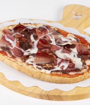 Bruschetta con salsa di radicchio rosso, speck e crema ai formaggi