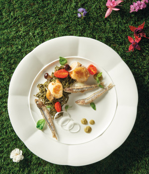 Capesante alla piastra con salicornia e alici croccanti
