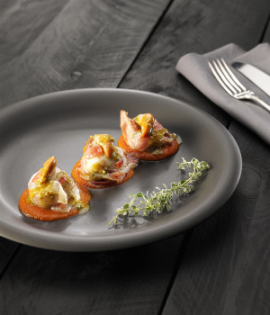 Scallop in pork roast with pistachios and tomato cream