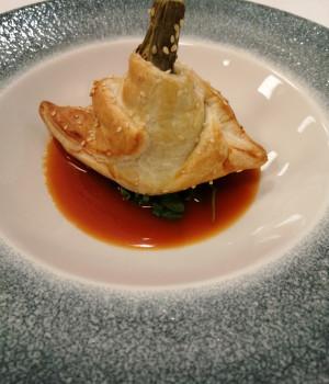 Carciofo ripieno di gamberetti e zenzero in crosta su bisque di crostacei
