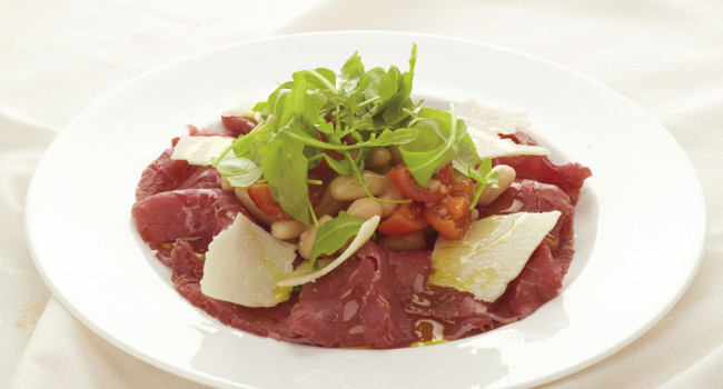 Carne salada con cannellini e rucola