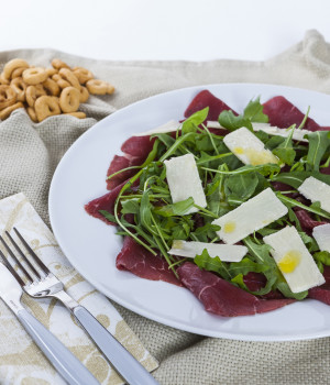 Carpaccio di carne salada, rucola e grana