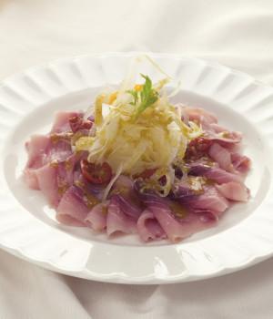 Carpaccio di pesce spada affumicato con finocchi e salsa di noci