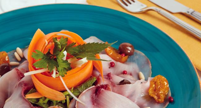 Carpaccio de pez espada con tomates dátil amarillos y aceitunas