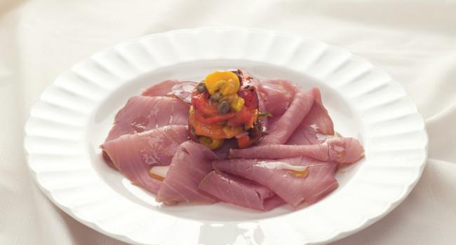 Carpaccio di tonno affumicato con peperoni arrosto, capperi e olive al basilico