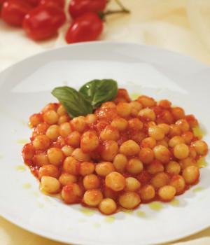 Chicche con tomate y albahaca