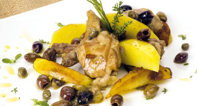 Coniglio arrosto con olive taggiasche denocciolate, capperi e patate