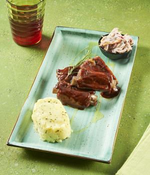 COSTINE IN SALSA BARBECUE, COLESLAW E TIMBALLO DI PATATE