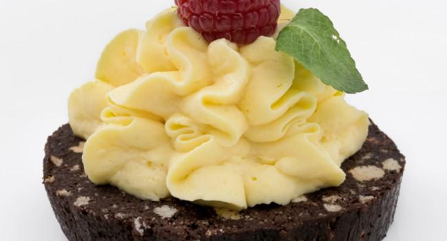 Crema al mascarpone su cialde di salame al cioccolato