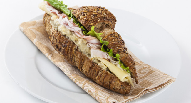 Multigrain croissant with pancetta and artichoke cream