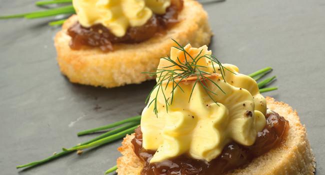 Croûtons à l'espuma de parmesan, oignon caramélisé et amandes toastées.