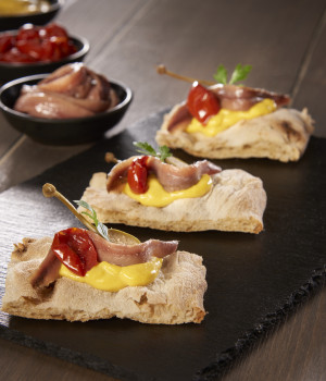 CROSTINI WITH MANGO SAUCE AND ANCHOVIES