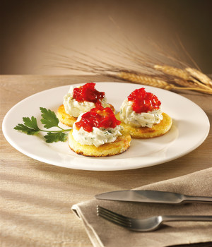 Crostini with pear mouse and pepper sauce