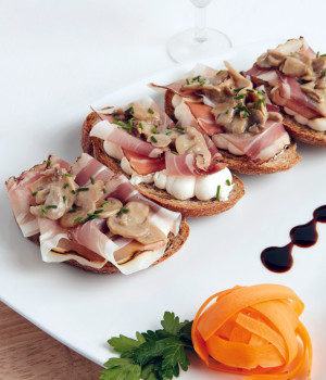 Bread croutons with speck and field mushrooms