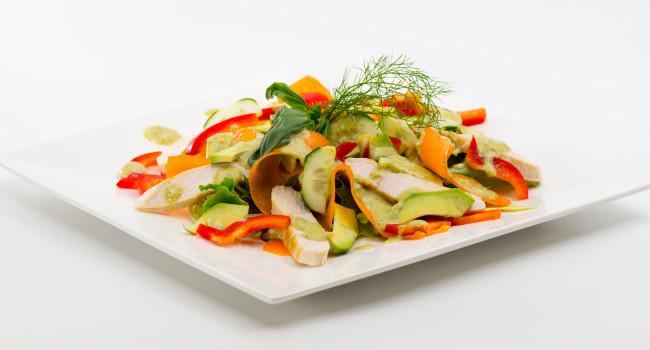 Insalata di pollo e verdure con dressing alla senape