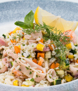 Rice Salad with èMaremix and Fresh Vegetables