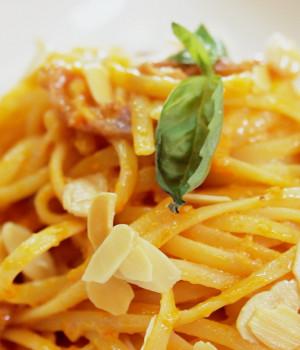 Linguine al Pesto rosso e crudo