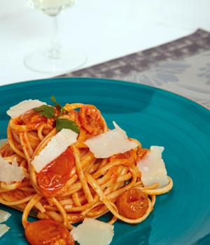 Linguine au pesto rouge et tomates Datterini jaunes