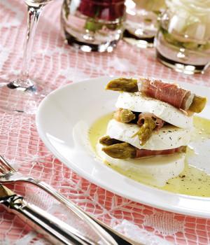 Millefoglie di mozzarella con asparagi e crudo