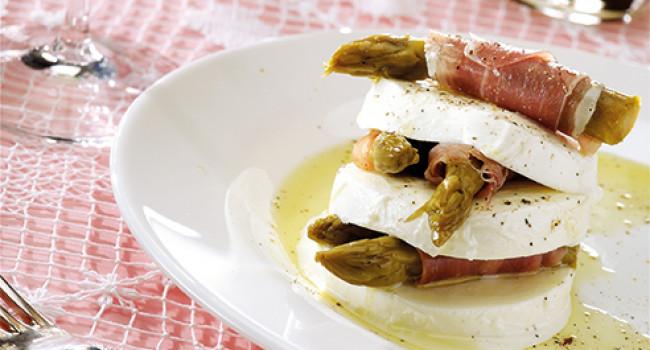 Millefoglie di mozzarella con asparagi e prosciutto crudo