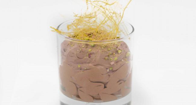 Mousse al cioccolato con granella di pistacchi