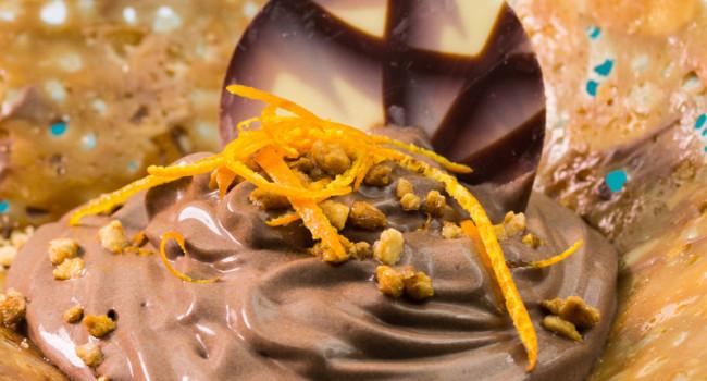 Mousse al cioccolato su cestino croccante