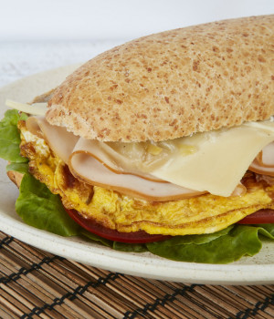 Wholegrain panino with turkey, Omelette emmenthal and Cooked chopped leeks