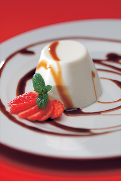 PANNA COTTA WITH STRAWBERRIES AND BALSAMIC VINEGAR GLAZE