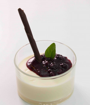 Panna cotta con garniture ai frutti di bosco