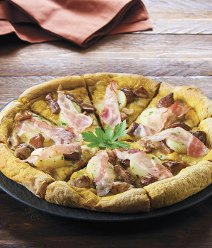 Turmeric Pizza with gran boletus mushrooms and guanciale