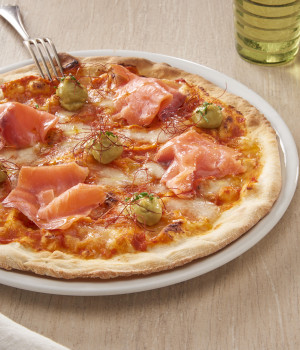 PIZZA CREMA DI PEPERONI, SALMONE, SALSA GUACAMOLE E PEPERONCINI