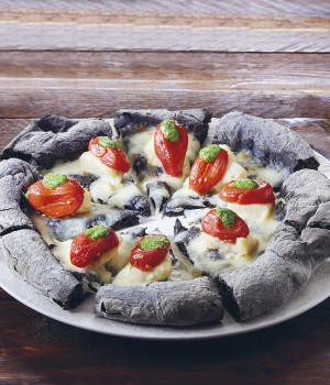 PIZZA NERA  CON BACCALÁ,  PIZZUTELLO E  PESTO