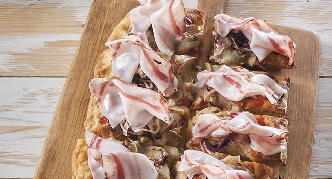 Pizza pala with Portobello mushrooms, radicchio and lard
