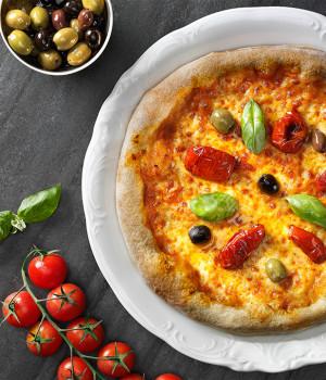 PIZZA PESTO ROSSO, SOLEGGIATI E OLIVE