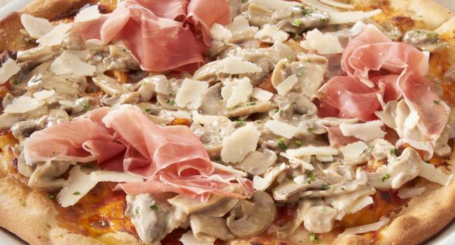 PIZZA MIT ROHSCHINKEN, CHAMPIGNONS UND PARMESAN