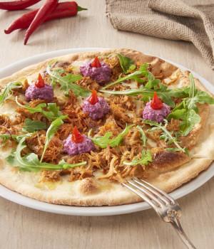 PIZZA MIT PULLED TURKEY, ROTKOHLSAUCE, RUCOLA UND ROTEN CHILISCHOTEN
