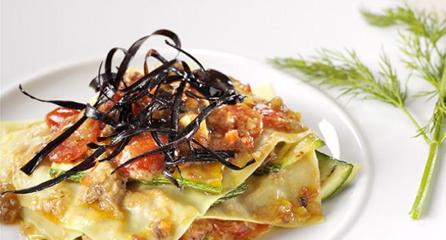 Raviolo Aperto mit Zucchini, Schwertfisch und Gemüse