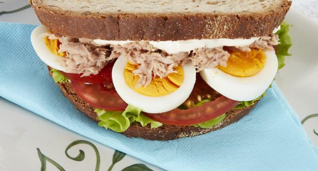 Sandwich tonno, cipolle e uova