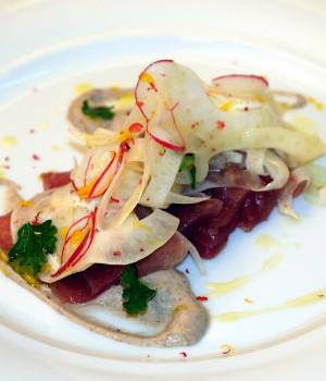 Sashimi di tonno, insalata di finocchio e crema al tartufo