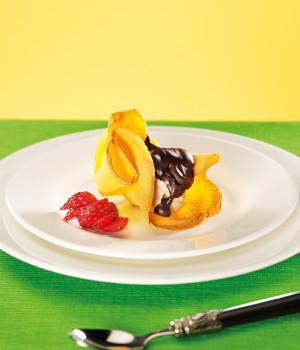 Semifreddo di amaretto in cialda con salsa al cioccolato