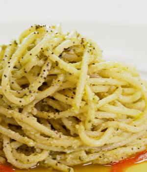 Spaghetti mit Hanfpesto, Pomodorina-Tomatensauce und Mohnsamen
