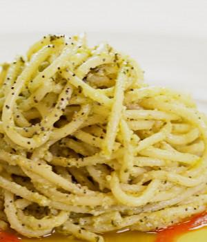 Espaguetis al pesto de cáñamo con salsa Pomodorina y semillas de amapola