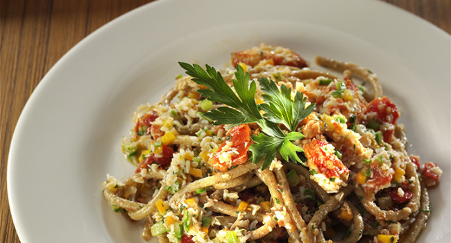 Spaghetti alla chitarra con olive taggiasche, polpa di granchio e verdurine