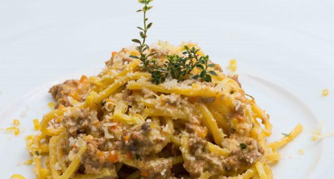 Gitarren Spaghetti mit éRagùbianco, Zitrusfrüchtepesto und Zitronenthymian