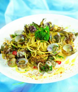 Spaghetti mit großen Venusmuscheln, Bottarga und Artischocken