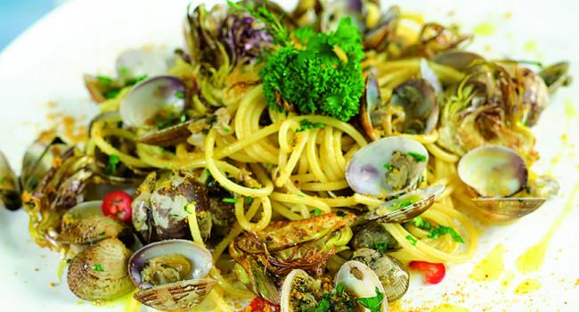 Spaghetti alle vongole veraci, bottarga e carciofi