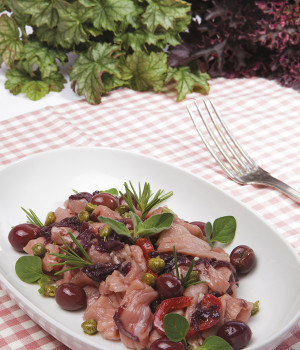 """Fleischstreifen """"Straccetti"""" mit Radicchio und Oliven"""