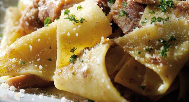 Straccetti di pasta con ragù d'anatra e porcini