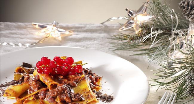Straccetti di pasta con ragù di cinghiale, cioccolato e ribes